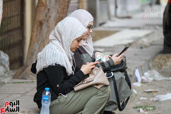طالبات أمام لجان الامتحان