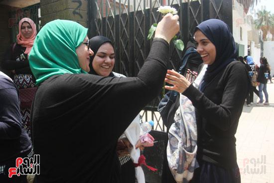 توزيع الورود بعد الامتحان على الطالبات