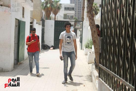 احدى الطلاب اثناء خروجه من الامتحان