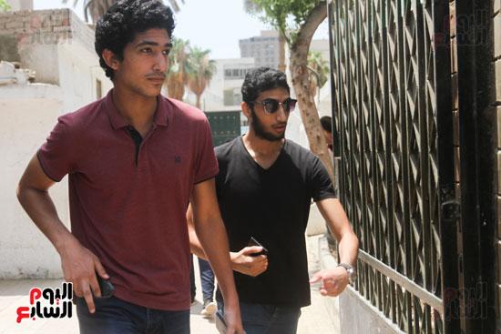خروج الطلاب من باب المدرسة