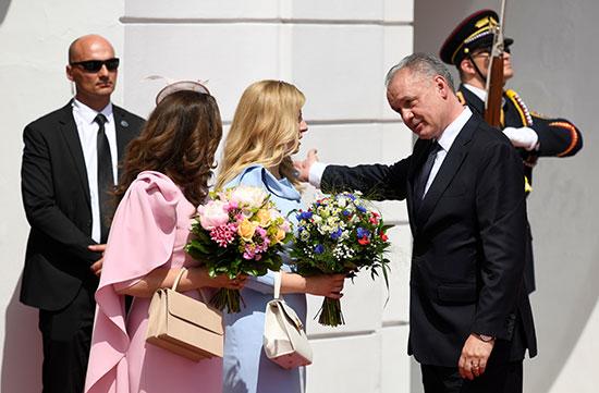 رئيس سلوفاكيا المنهية ولايته يعطى الرئيسة الجديدة بوكية ورد