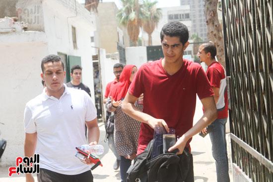 خروج الطلاب من البوابة الرئيسية