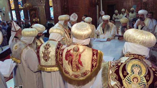 البابا والاساقفة  اثناء القداس