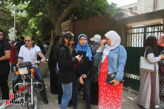 مناقشة الطالبات بعد الامتحان