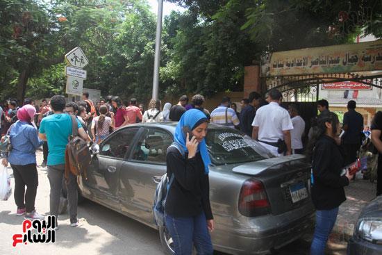 الاهالى تنتظر اولادهم خارج المدرسة (2)