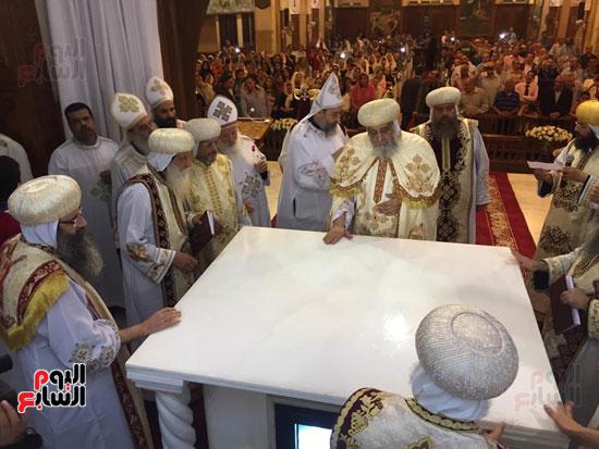 البابا والاساقفة والقساوسة يدشنون المذبح