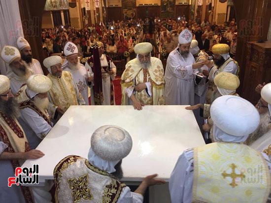 البابا يدشن احدى الهياكل بالكنيسة