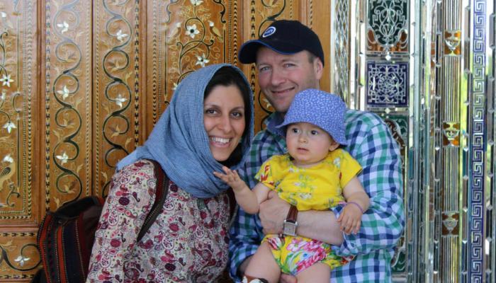 نازانين زاجارى وطفلتها وزوجها فى ايران