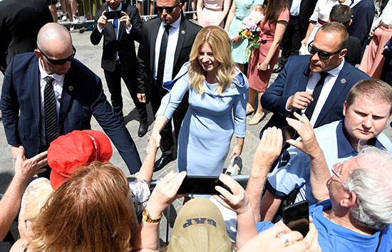 رئيسة سلوفاكيا تصافح المواطنين عقب حلف اليمين
