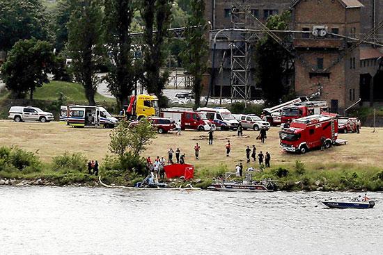 البحث عن حطام الطائرة فى النهر