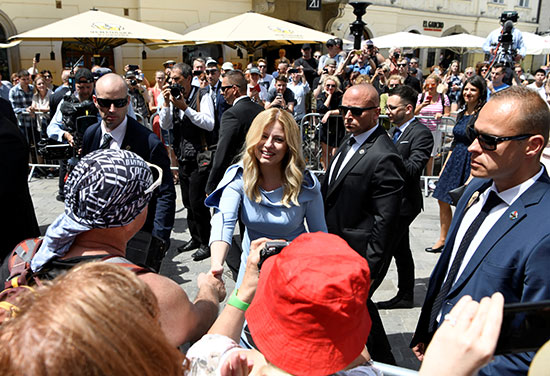 رئيسة سلوفاكيا تصافح المواطنين