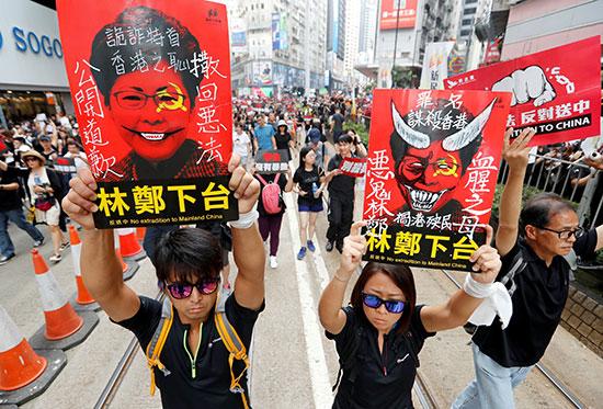 احتشاد الاف المتظاهرون فى هونج كونج مطالبين بتنحى القادة  (7)