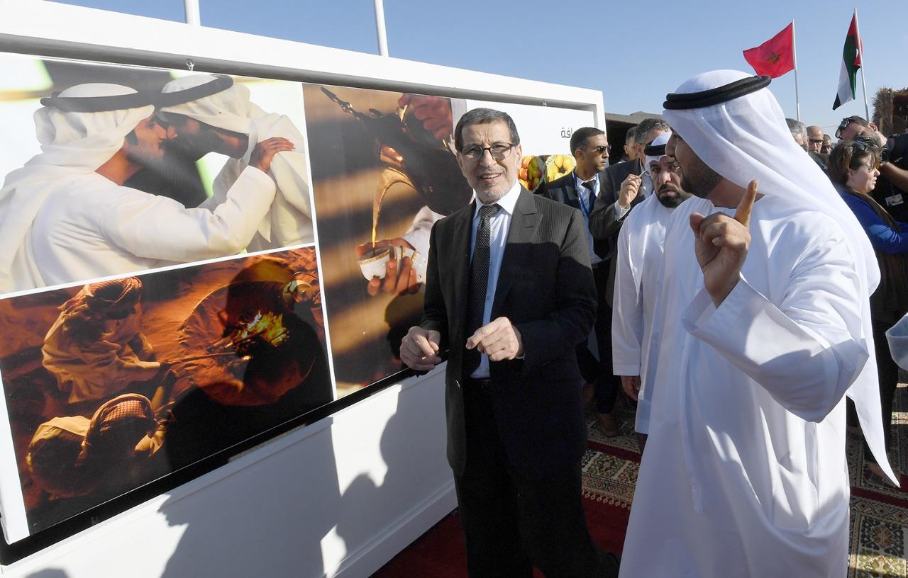 رئيس الحكومة المغربية أمام معرض الصور فى موسم طانطان