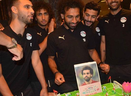محمد صلاح يحتفل بعيد ميلاده (1)