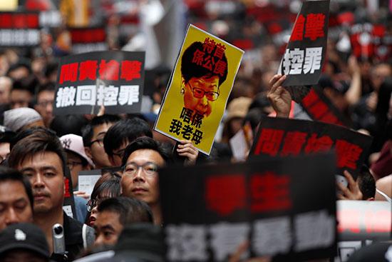 احتشاد الاف المتظاهرون فى هونج كونج مطالبين بتنحى القادة  (6)