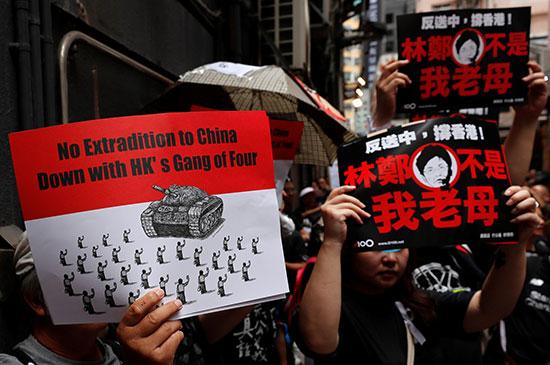 احتشاد الاف المتظاهرون فى هونج كونج مطالبين بتنحى القادة  (1)