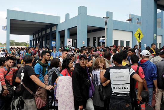 المهاجرين ينتظرون دخولهم إلى الإكوادور