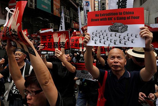 احتشاد الاف المتظاهرون فى هونج كونج مطالبين بتنحى القادة  (2)