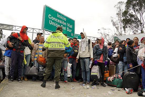 المئات ينتظرون الدخول إلى الإكوادور