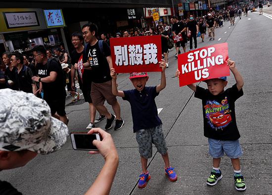 احتشاد الاف المتظاهرون فى هونج كونج مطالبين بتنحى القادة  (8)