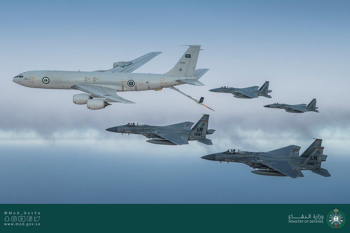 طائرة تزود بالوقود ترافق مقاتلات سعودية وأمريكية