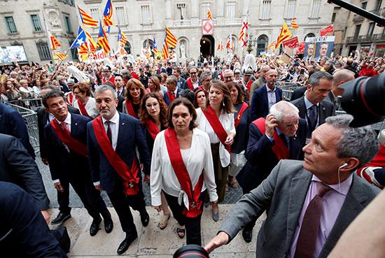 آدا كولو تدخل قاعة لتنصيبها عمدة لكتالونيا