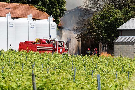 رجال الإطفاء يحاولون السيطرة على النيران