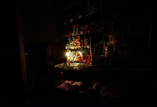 الشموع بديلا للكهرباء
