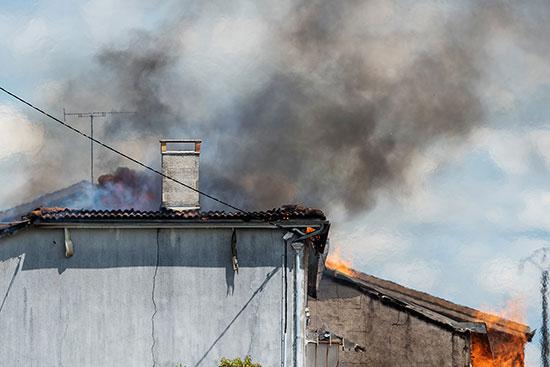 الدخان يتصاعد من المخزن