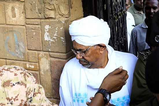 عمر البشير الرئيس السودانى السابق خلال ترحيله