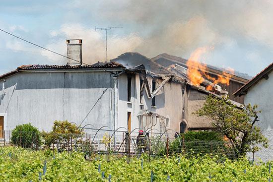 ألسنة النيران المشتعلة فى المخزن