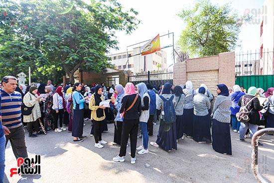 الطلبة-والطالبات-أمام-المدارس