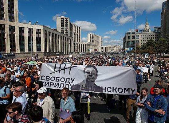 المحتجون يرفعون صور الصحفى