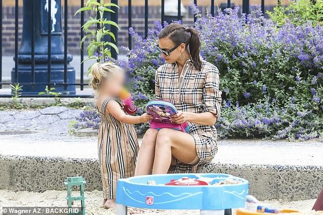 ايرينا شايك وابنتها (1)