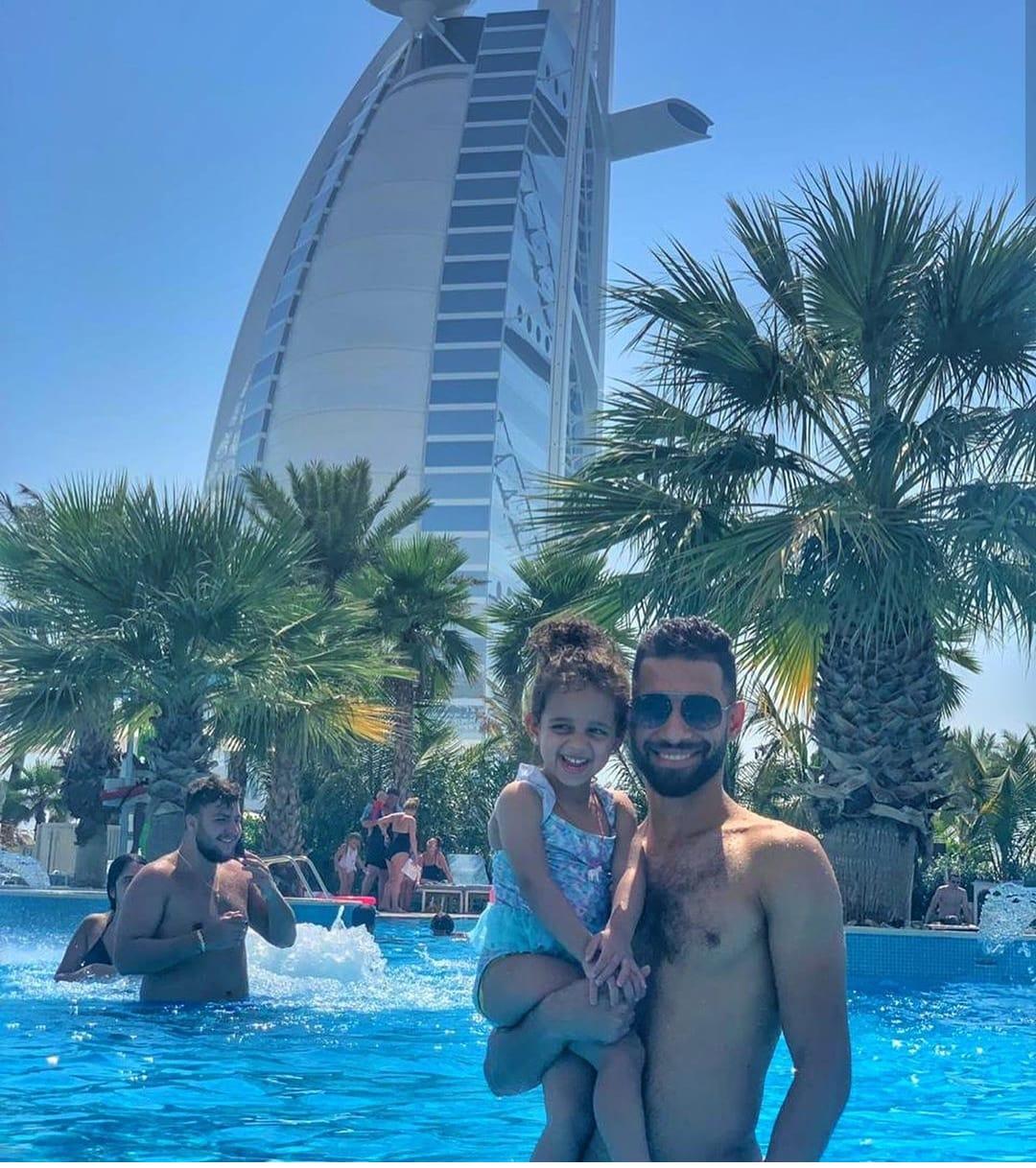 عمرو السولية و أبنته ليلى على شواطىء دبى