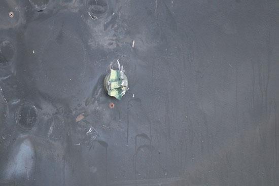 صورة لقنبلة على جانب الناقلة
