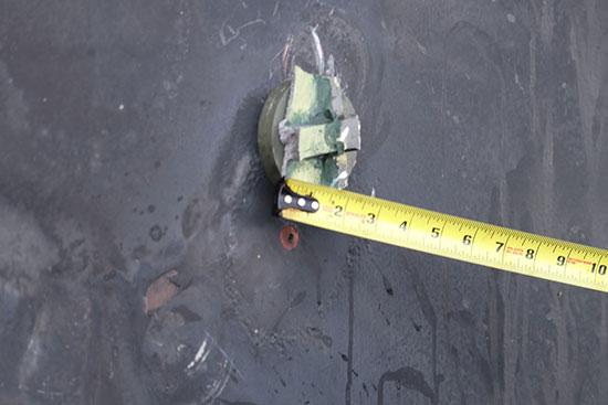 جزء من قنبلة لم تنفجر على جسم الناقلة