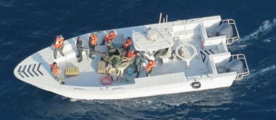 زورق يحمل جنود من الحرس الثورى الإيرانى