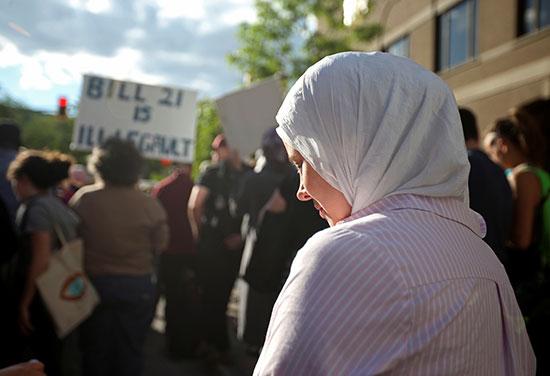 جانب من مظاهرات ضد قانون فى كندا يحظر التمييز الدينى
