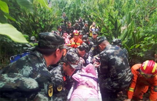 الاسعاف تحمل جثمان أحد المصابين