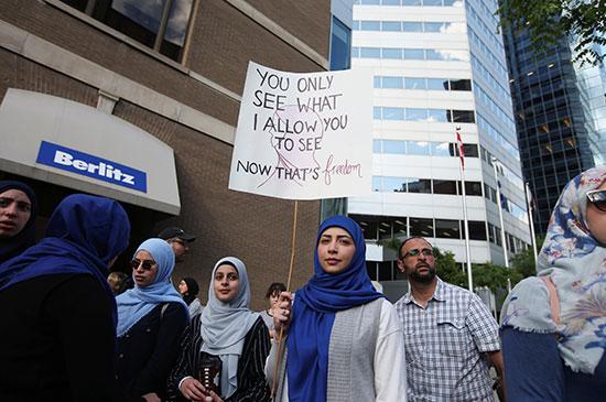 فتاة ترتدى الحجاب تتظاهر