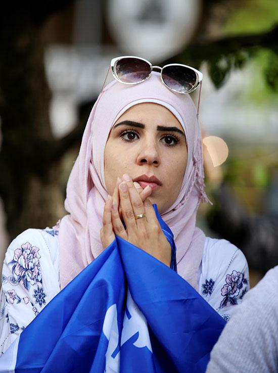سيدة تشارك فى الاحتجاجات