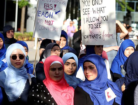 عدد من الفتيات يتظاهرن
