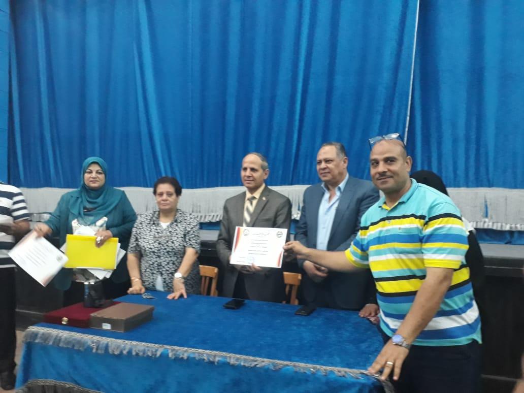 وكيل تعليم الفيوم يكرم المتميزين من المعلمين والطلاب والعمال (1)