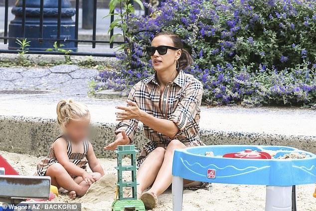 ايرينا شايك وابنتها (8)