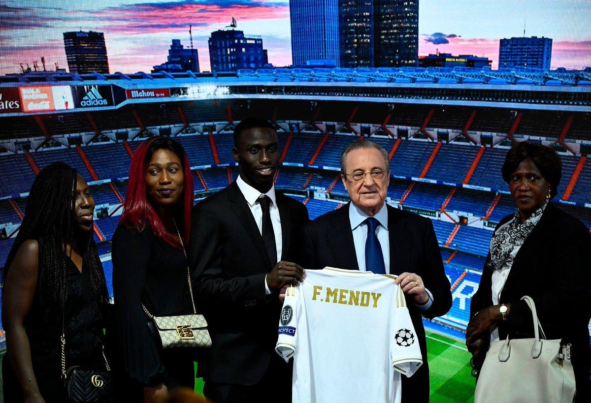 ميندي وأسرته مع رئيس ريال مدريد