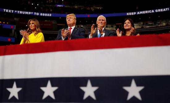 ترامب وميلانيا إلى جانب مايك بنس وزوجته