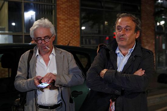 بلاتينى ومحاميه عقب إطلاق سراح فى فرنسا