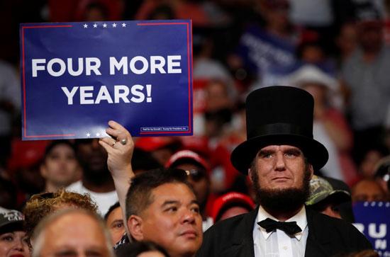 أحد مؤيدى ترامب يرفع لافتة لدعمه لأربعة أعوام أخرى