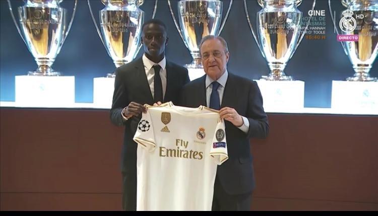 ميندي يحمل قميص ريال مدريد مع رئيس النادى